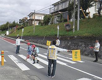横断歩道で安全を確保する下田組の社員