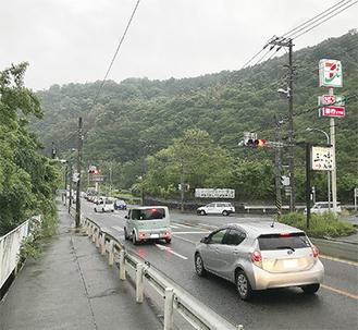 246号線の両側にある町有地(中央右奥と左奥)秦野市側から撮影