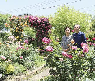 バラを育てる博さんと妻の久美子さん=14日撮影