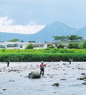 新十文字橋付近で釣りを楽しむ人たち