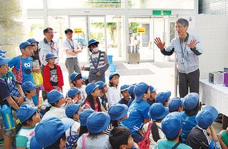 事業者の話を聴く児童