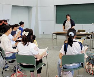 小倉さんの話を聴く参加者