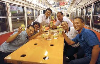 電車内が居酒屋に様変わり(昨夏の駿豆線での開催時)=伊豆箱根鉄道提供