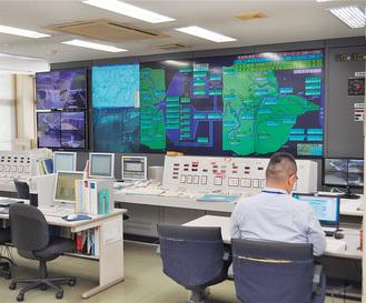 三保ダム管理事務所の心臓部=システム管理室
