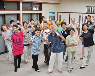踊りを練習する平山地区の人たち