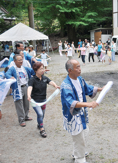 手拭いを使い洒水の滝音頭を踊る人たち