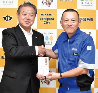 加藤修平市長とアサヒビールの前田裕弘総務部長(右)
