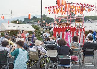 車椅子で盆踊りを楽しむ参加者