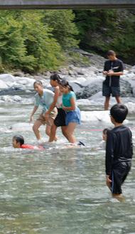 川で水遊びをする子どもたち
