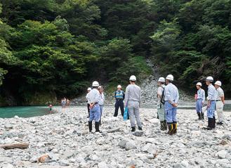 立間堰堤の上流を巡視する関係機関の職員