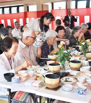 料理を楽しむ参加者たち
