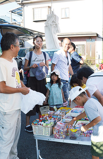 昔懐かしい駄菓子も並ぶ=8月の朝市、岩原公民館