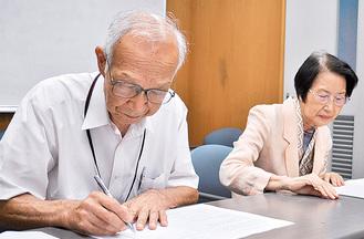 協定書に署名する社協の菅谷会長(左)とシルバーの久保理事長(右)