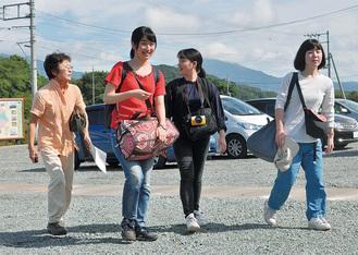 一夜明けて民泊先から四季の里へやってくる学生左は受け入れ先の稲葉妙子さん