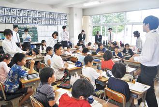 4年生の実習を2年生が見学した =大井小4年3組で