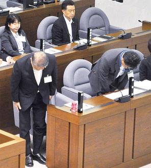 議決直後に一礼する加藤修平市長と星崎雅司副市長