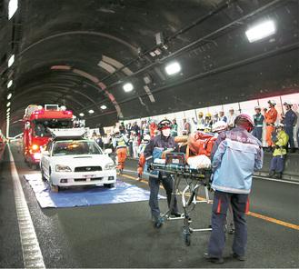 救助者を搬送する救急隊(訓練)