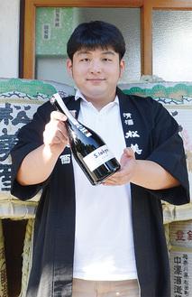 「S・tokyo」を手にする鍵和田亮さん
