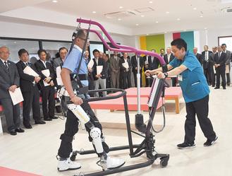 竣工式ではロボットスーツによるリハビリ機具も披露された