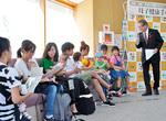 健診に訪れた親子に説明する加藤修平市長‖保健医療福祉センター