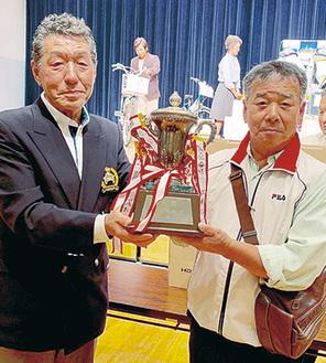 神田会長(左)と総合優勝の神之田博幸さん