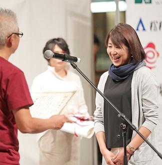 表彰を受ける山橋九重さん(右)=10月21日・クイーンズスクエア横浜