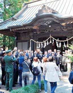 神社の前で撮影に応じる「あしがら」の乗組員