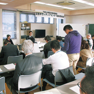 講師に質問する社協関係者=松田町健康福祉センター
