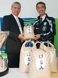 オリジナル袋に入った「はるみ」30キロを湘南ベルマーレに贈呈する府川裕一町長・右は水谷尚人社長