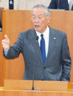 本会議場であいさつする町長    =11月21日大井町議会