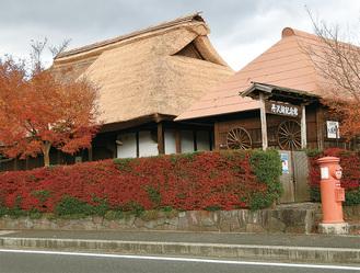 屋根半分のふき替えが終わった三保の家
