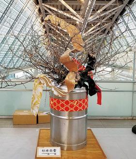 小田原駅に展示されたロウバイ