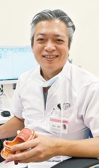 胃の模型を使い説明する高田院長