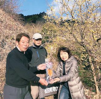 2万人来場者の高木さん(右)に特産品を贈呈