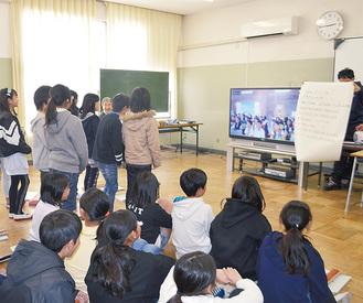 ドラえもんの歌をパソコン画面に向かい歌う児童たち=2月18日、山北町立川村小学校