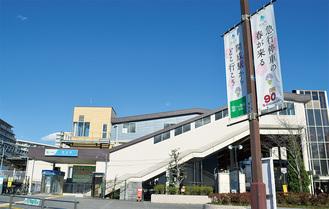 ロータリーに記念するフラッグが掲揚されている開成駅
