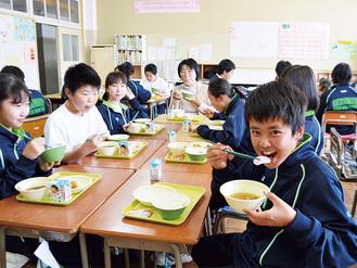 若竹汁に入ったかまぼこを味わう生徒たち =岡本中学校