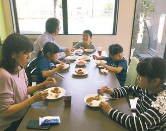 食事を楽しむ子どもや保護者 =5日サウスポートで