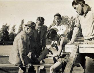 ベルリン五輪でマッサージを受ける村社選手。その後ろが渋谷先生