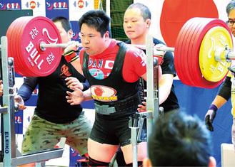 全日本パワーリフティング選手権大会でスクワットに挑む鈴木さん