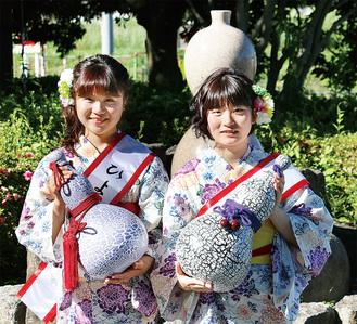 瓢箪を手に笑顔を浮かべる中村さん(左)と北村さん