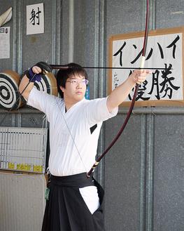 「日本一」に向け、的に狙いを定める佐々木さん