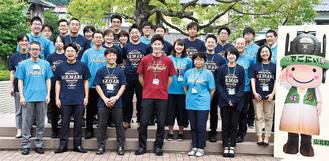 丹沢湖花火大会応援Tシャツを着用し、笑顔でPRに努める山北町職員