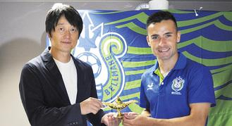 一燈会の山室理事長(左)と、契約した湘南ベルマーレフットサルクラブのロドリゴ選手