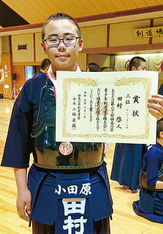 表彰状を手に誇らし気な田村さん