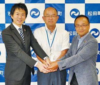 会見場で握手をする(左から)湘南電力・原代表取締役、本山町長、ほうとくエネルギー・志澤昌彦取締役副社長