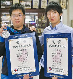 佐々木さん(左)を労う山本顧問
