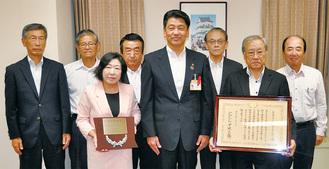 加藤市長に賞状を伝達された安藤代表理事=右から2番目