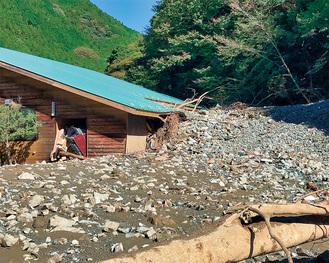 土砂に埋もれた中川水源交流の里