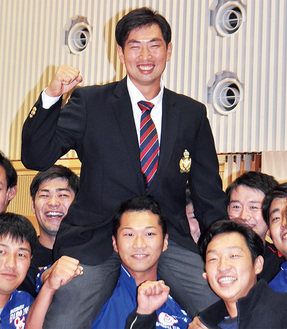 指名直後、仲間と共に笑顔を見せる勝俣選手